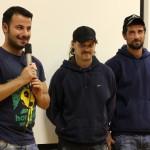 """Hüseyin Tabak (""""KICK OFF"""") mit zwei Mitgliedern des Homeless-Worldcup-Teams, Hansi und Serkan"""