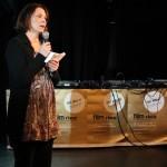 """Hilla Lindhuber, Bildungsreferentin der AK Salzburg, übergibt den Arbeitswelten-Förderpreis an """"Talleres Clandestinos"""""""