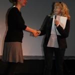 """Iris Blauensteiner erhält von Gabriele Neudecker den """"spec_script Award"""" der Drehbuchwerkstatt Salzburg"""